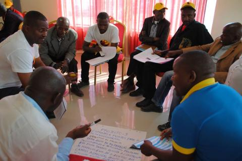 Technicians from Kuito municipality analyze social projects in group work