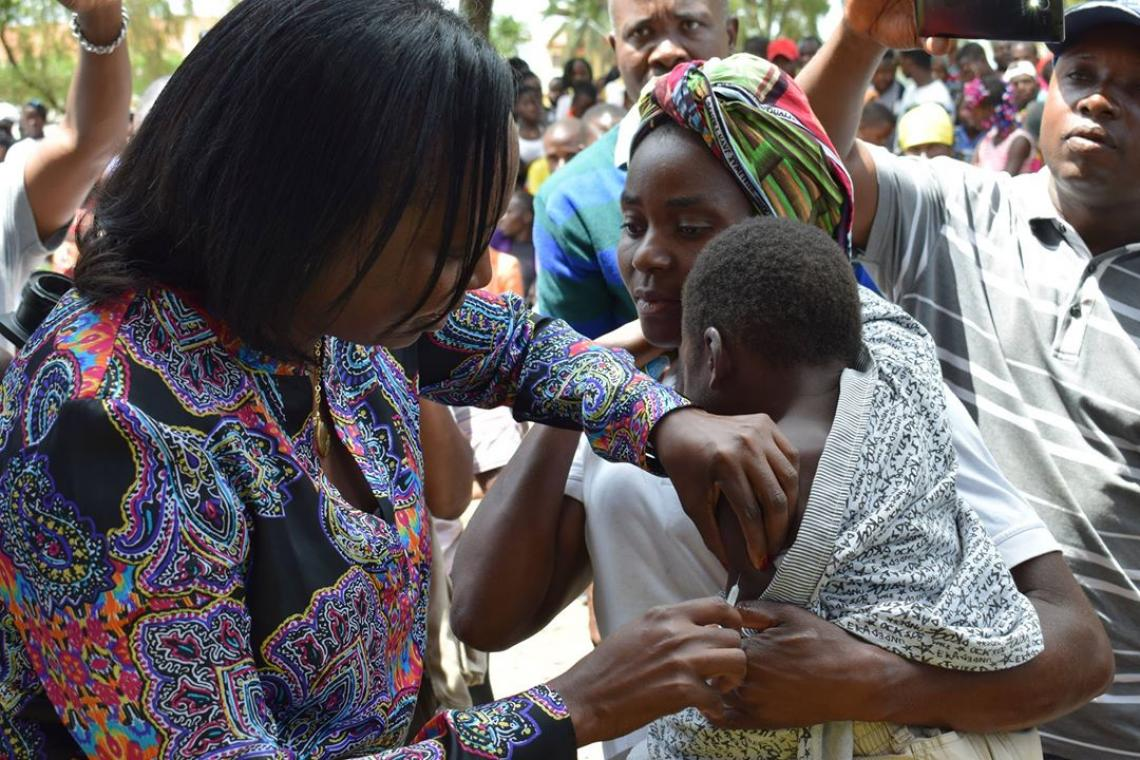 Ministry of Health, Sílvia Lutukuta, vaccinates a boy during the yellow fever's campaign launch in Kwanza Norte province in November 2017