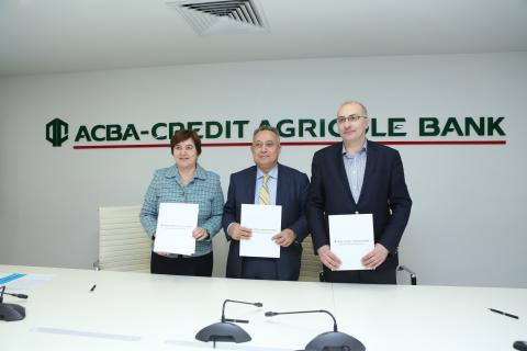 UNICEF Representative in Armenia, CEO of ACBA-CREDIT Agricole Bank and Head of Hayastan All-Armenian Fund hold folders