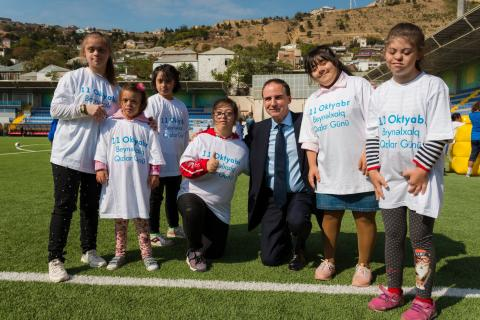 UNICEF Representative in Azerbaijan Edward Carwardine poses with participants of the 'Girls Can' event.