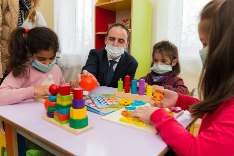 UNICEF Representative to  Azerbaijan, Edward Carwardine meeting with children at the Integrated Social Services Centre.
