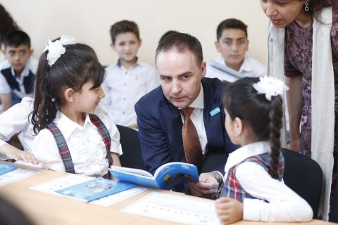 UNICEF Representative to Azerbaijan Edward Carwardine meeting school children in Salyan district.