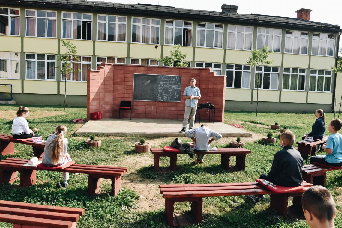 """Jedan od takvih primjera je i Osnovna škola """"Kaćuni"""" kod Busovače, čiji su nastavnici i direktor učinili korak više, zasukali rukave i napravili svojim učenicima amfitetar i učionicu na otvorenom."""