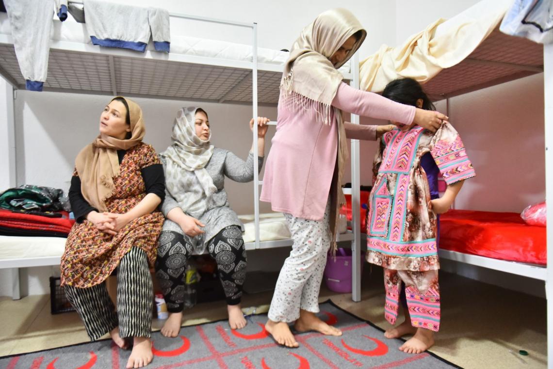 edmogodišnja djevojčica Fatma veoma je uzbuđena. Sutra kada se probudi počet će njen prvi školski dan. Pripremila je i svečanu odjeću za prvi dan škole – tradicionalnu pakistansku nošnju koju je ručno izradila njena majka.