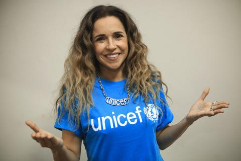 Daniela Mercury vestindo a camiseta do UNICEF