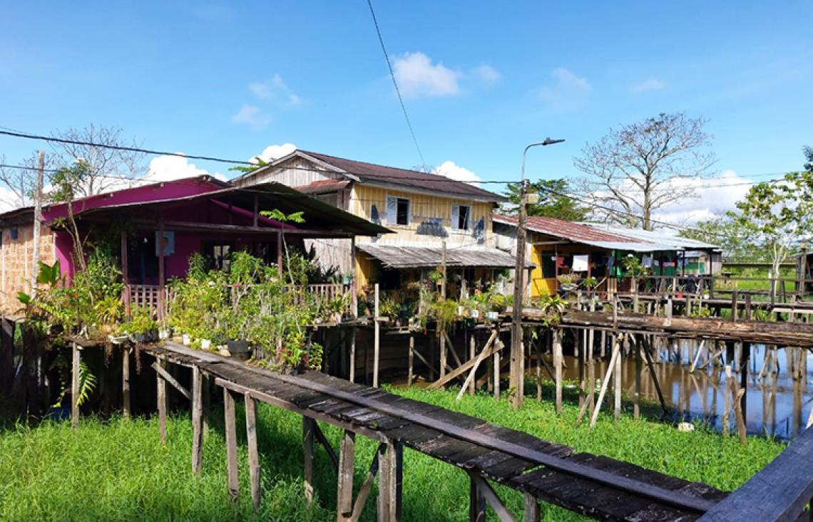 Entrega de suministros en el Amazonas colombiano