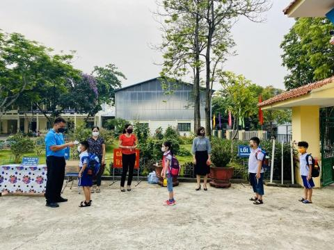 Covid-19 preventive measures have been taken by teachers and students on the first day they returned to school in Lao Cai