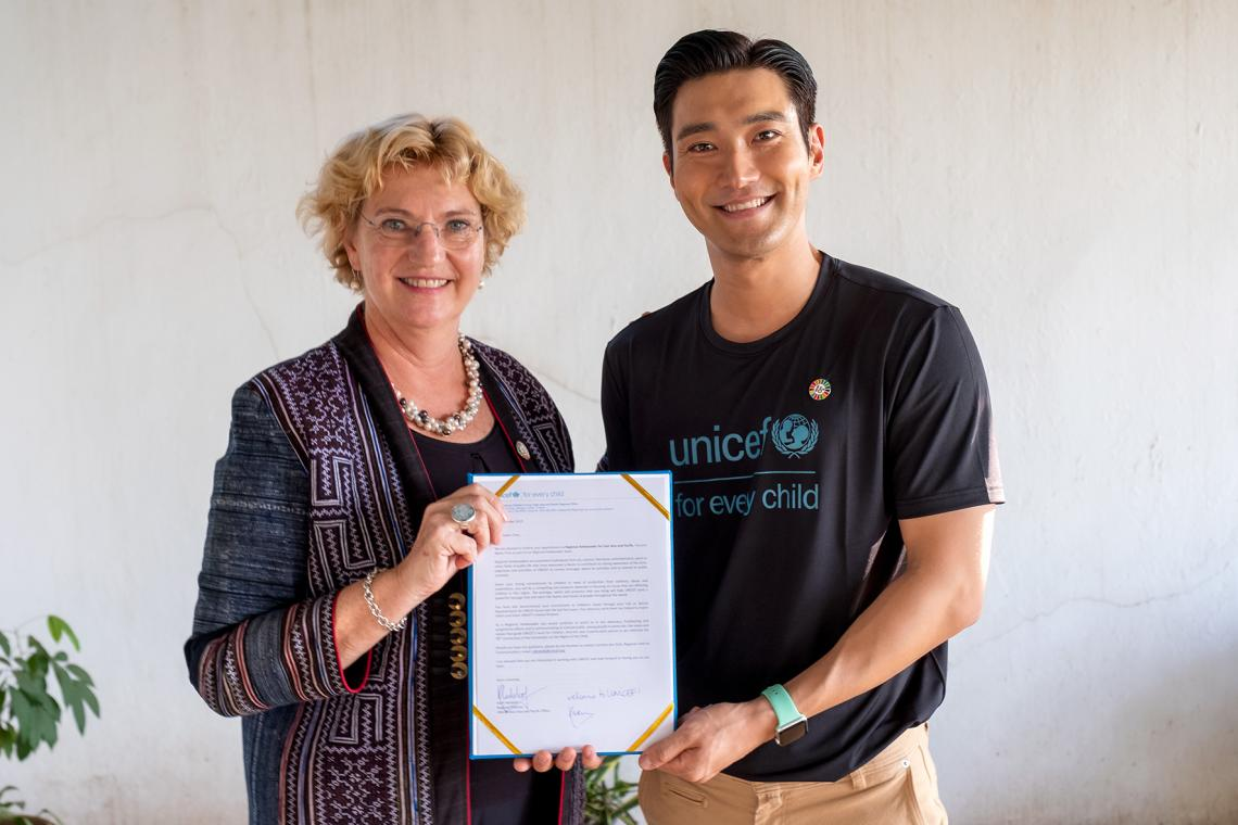 Siwon Choi with Karin Hulshof, regional director at unicef east asia and pacific