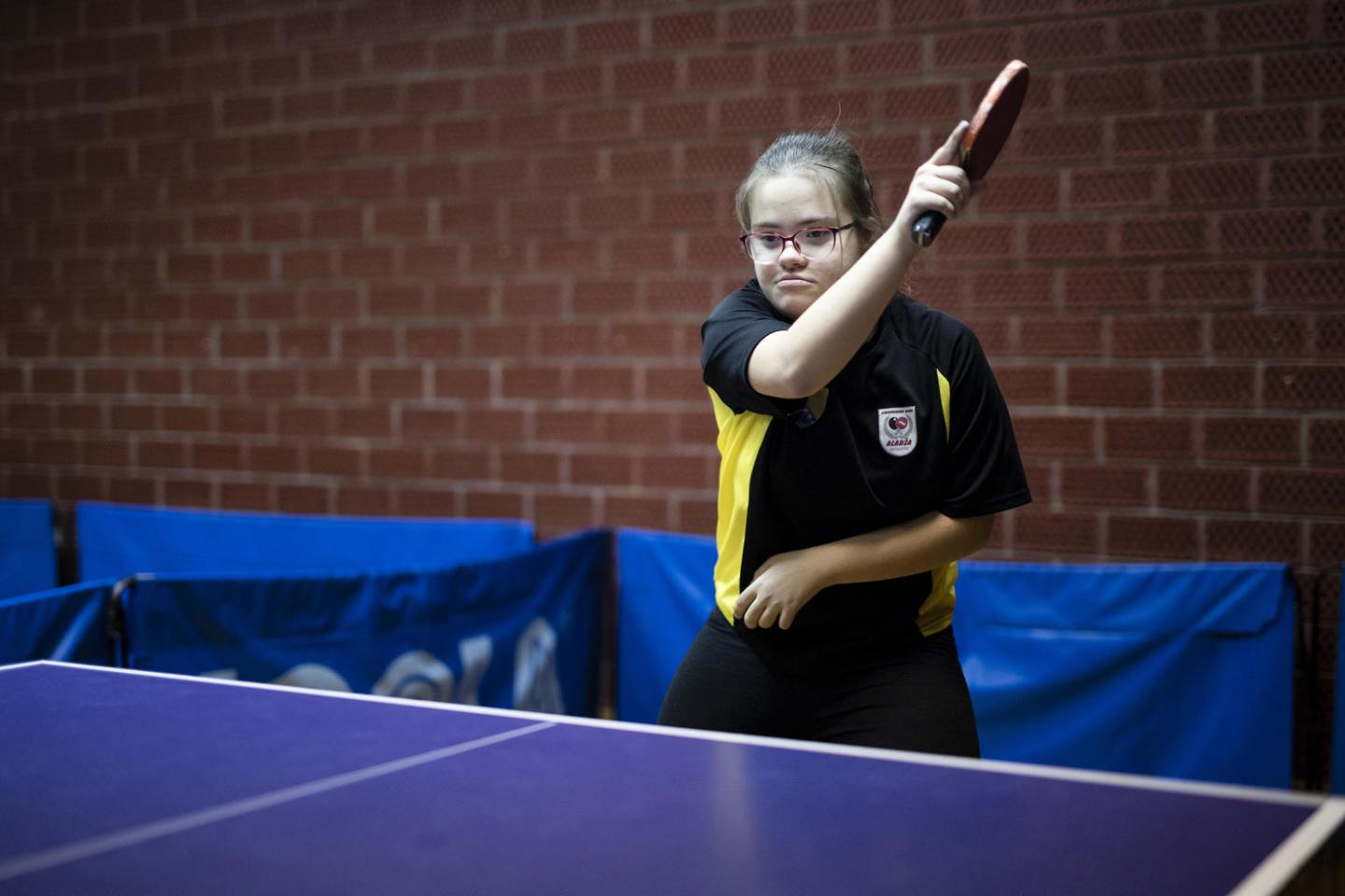 Edna plays table tennis at school.