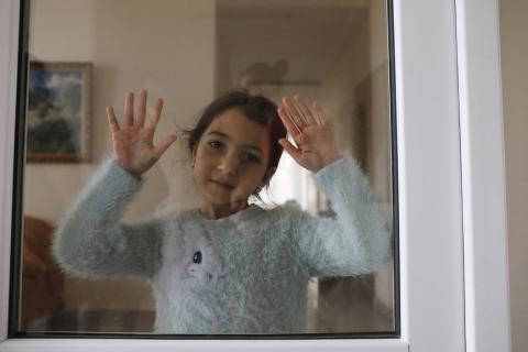 Девочка за стеклом