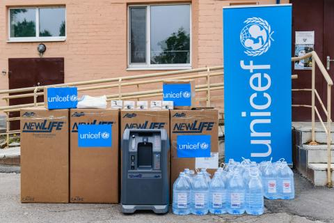 UNICEF delivers a consignment of oxygen concentrators, safe water and medical supplies to Rubizhne hospital in the conflict-affected eastern Ukraine.