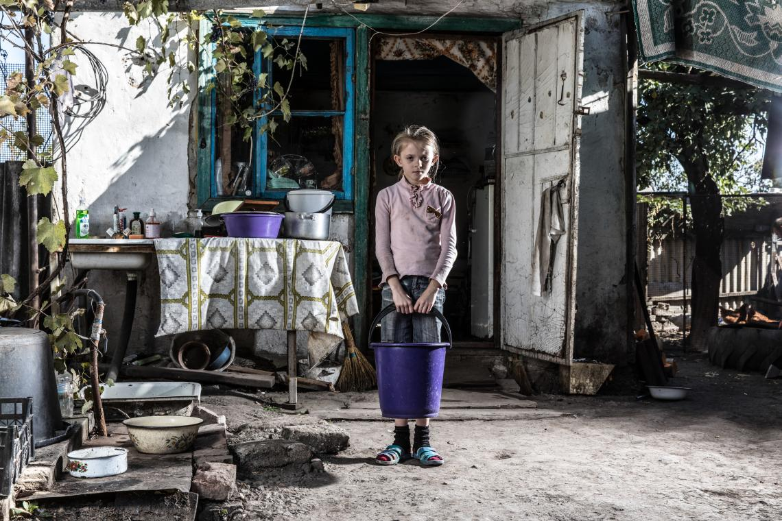 Children like Sasha Shapovalenko, 9, living in Bakhmutka, eastern Ukraine are forced to rely on unsafe water sources during water supply disruptions. There is also the risk of violence for children who have to walk to collect water.