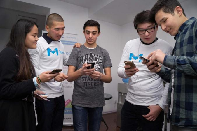 Young U-Report participants in Kyrgyzstan exchanging opinions on lauch of the survey applciation.