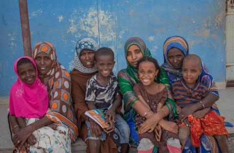 Parents of host commuities and refugees with their children during the first ASR program at Simbile Primary School, Afar region. (Mothers, Left to right: Rokiya Mohammod, 38, Zahra Halo, 28, Aysa Mohammo d, 25 and Zahra Ali)