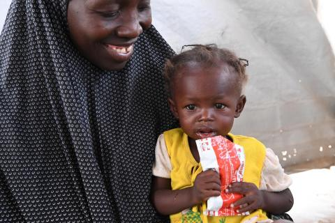 Anifa, a 2 years old girl and her mum in a health center in Maradi, in the center of Niger.