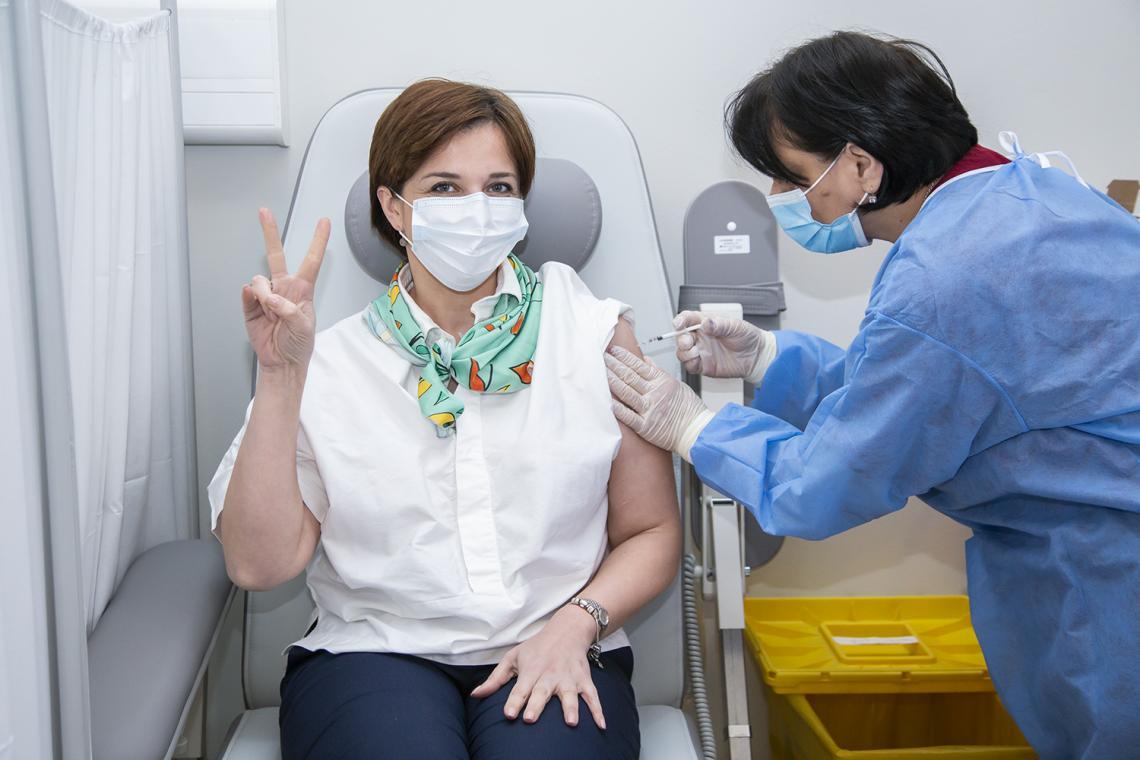 Doctors vaccinating