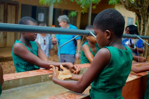 children washing hands after recess