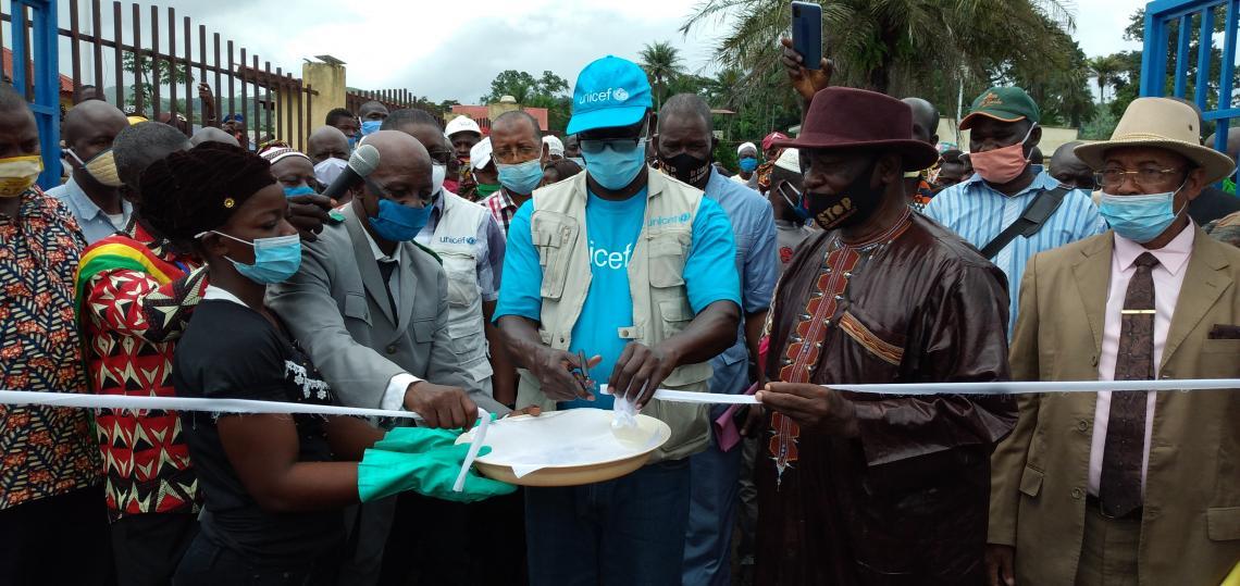 Dr Pierre Ngom, Représentant Résident de l'UNICEF en train de couper le cordon inaugural de l'unité de saponification de Sengbédou