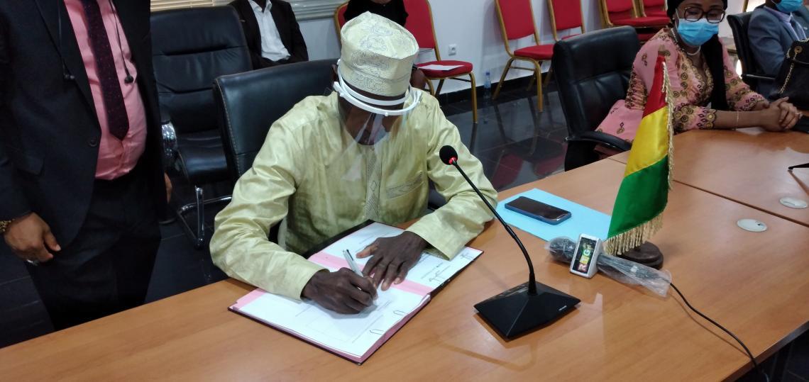 Mamadi Camara, Ministre de l'économie et des finances en train de signer la convention avec l'UNICEF