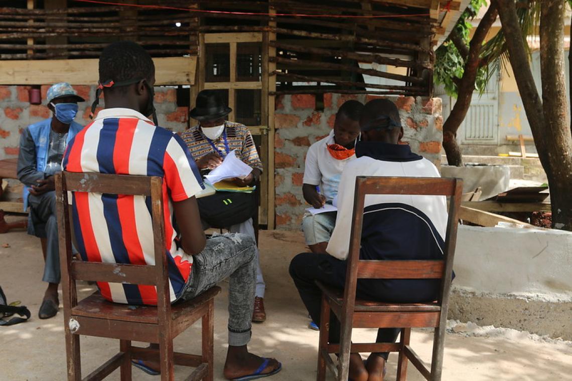 Bakary  en entretien avec les membres de l'ONG SOS Mineurs en Prison