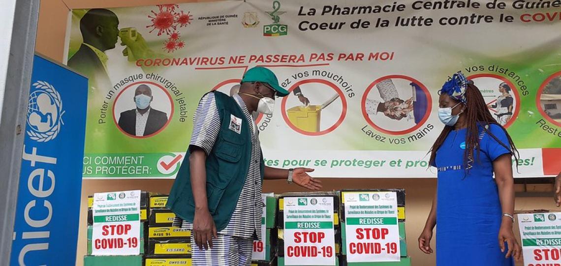 DrSakobaKeita, Directeur Général de l'ANSS recevant les intrants de ChristineNaréKaboré, Représentante adjointe programme de l'UNICEF