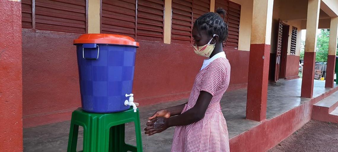 Esther Guilavogui en train de laver les mains avant d'entrer en classe