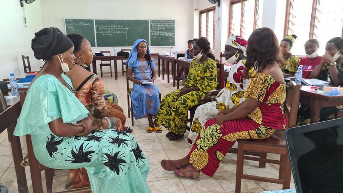 Jeunes filles et femmes membres des conseils locaux des jeunes en groupes de travail pendant l'atelier