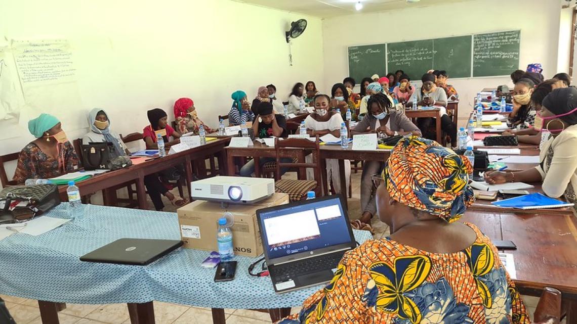 Jeunes filles et femmes membres des conseils locaux des jeunes en atelier de renforcement de capacités à Mamou