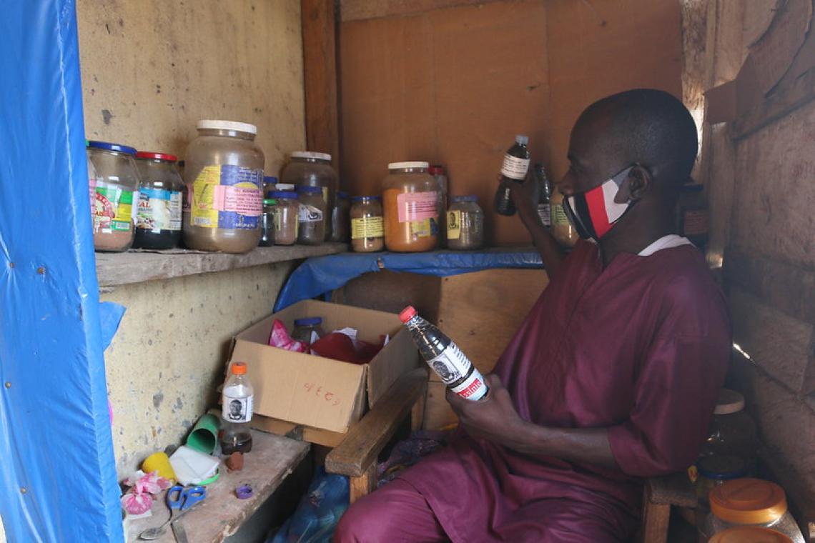 Lancinet Kourouma, guérisseur traditionnel montrant ses différents produits aux visiteurs