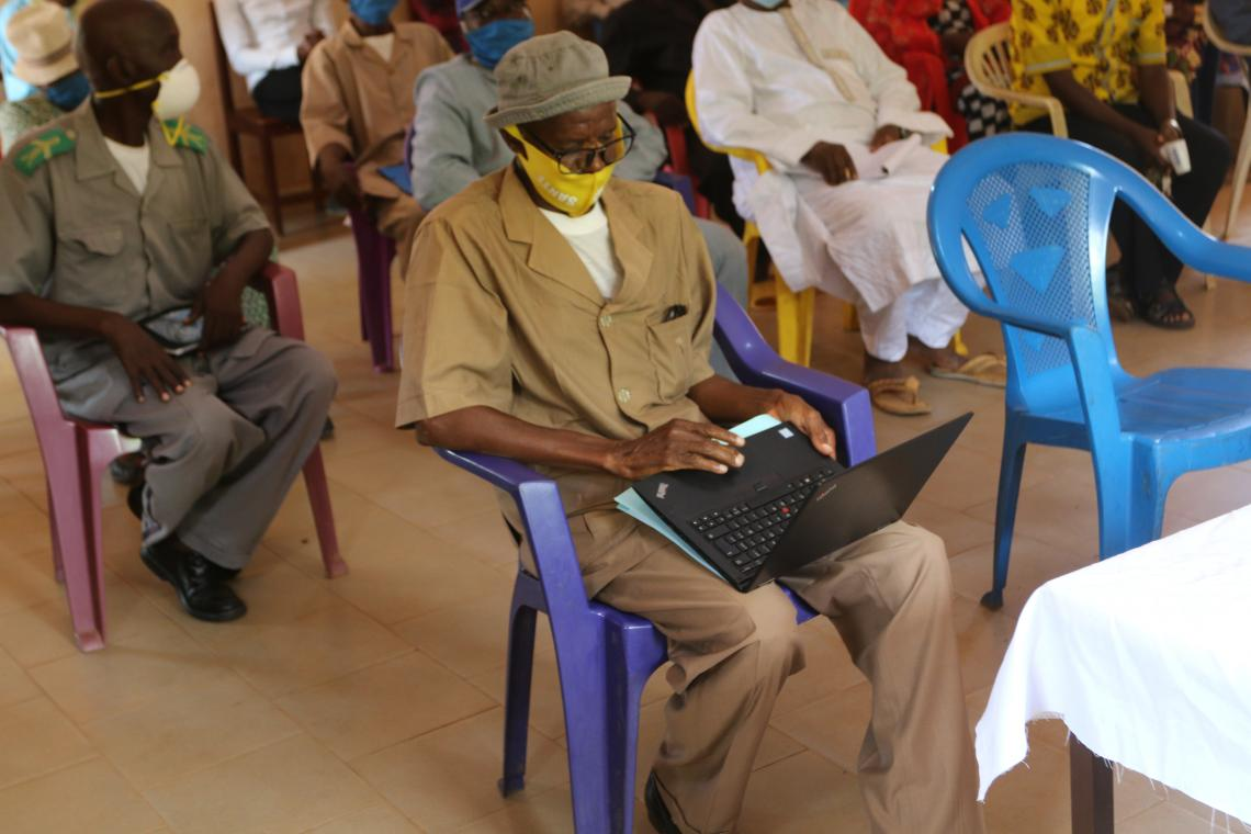 oumet Kéita, Directeur sous-préfectoral de l'éducation élémentaire de la commune rurale de Ouré-kaba prononçant le discours de bienvenue devant la délégation