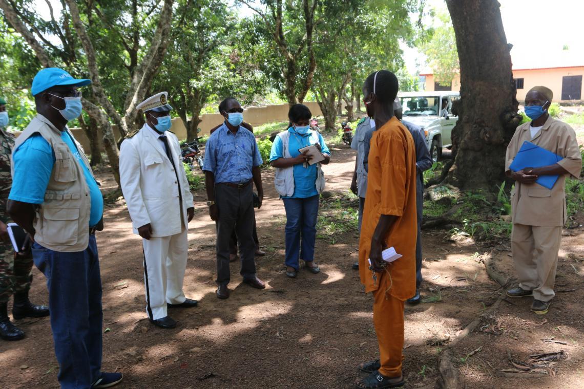 Le Principal du collège Babadi Camara de Ouré-kaba remerciant l'UNICEF pour la construction de cette cour de l'école.