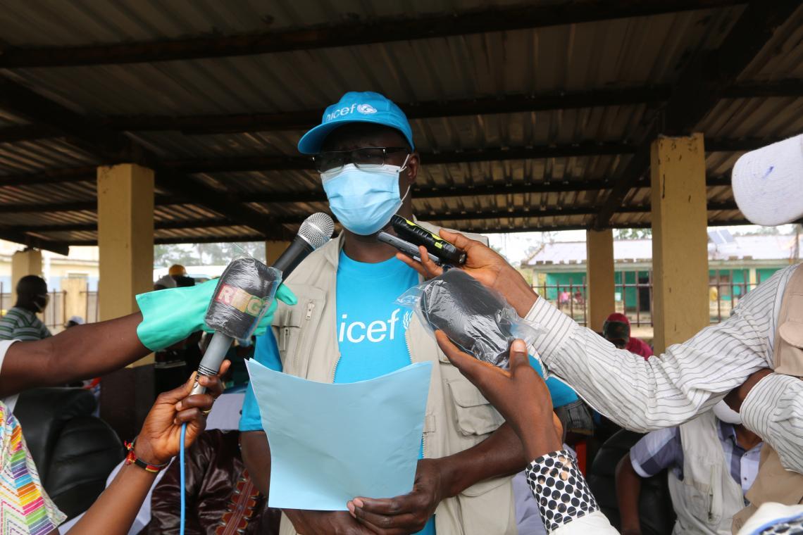 Dr Pierre Ngom, Représentant Résident de l'UNICEF s'adressant aux communautés de Sengbédou
