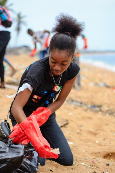 Young U-Reporters from Abidjan, in Côte d'Ivoire, organized a community service where they cleanned the beach of Petit Bassam, in Port Bouet.