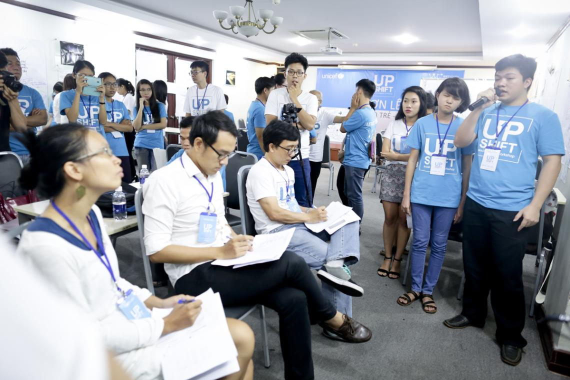 Nguyen Minh Tuan (in blue T-shirt, participant) was pitching to judging panel UPSHIFT Workshop.