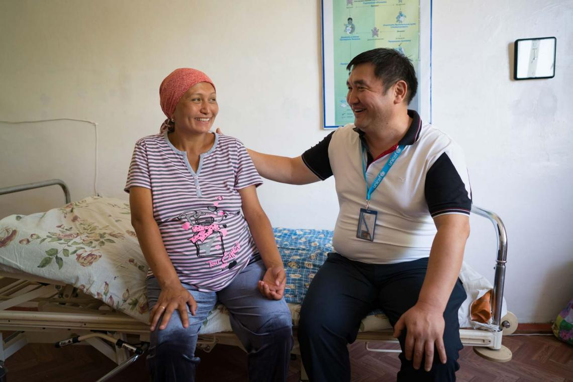 Zamir Shakirov, UNICEF consultant, discusses the diet of pregnant with Asel (28) in the maternity hospital in the city of Batken (Kyrgyzstan). UNICEF advocates for early screening of pregnant women to prevent as many neural tube defect cases as possible