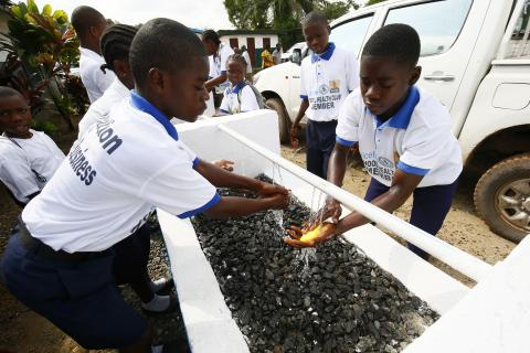 LBR_WASH_School_children_washing_hands