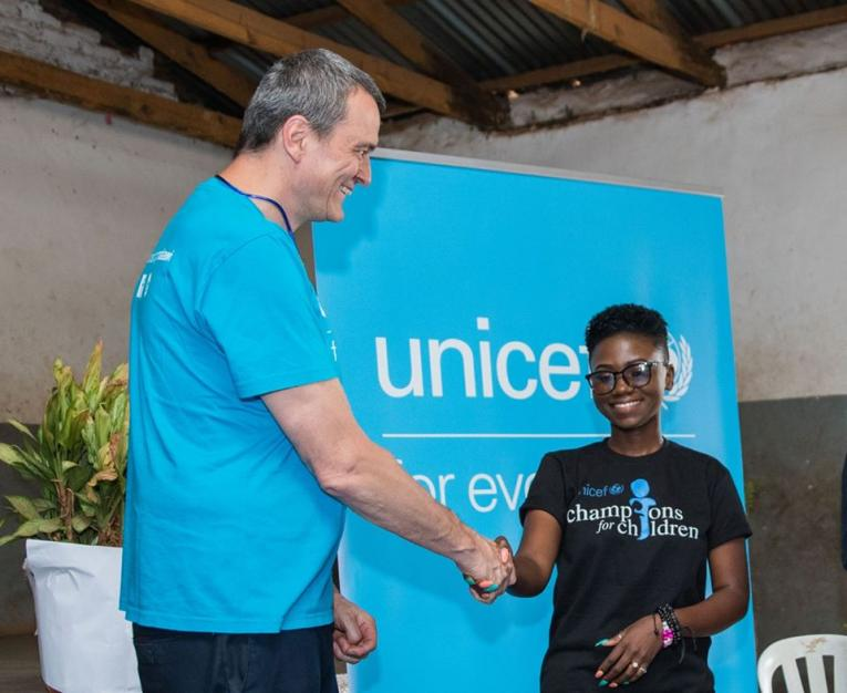 UNICEF Champion for Children Sangie shakes hands with the UNICEF Country Representative
