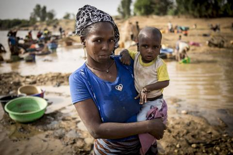 Ramata Diallo, 40 years old, has been a goldsmith women in the gold mine site of Massakama for 3 years. She lives directly on the site with her husband Mamadou Diallo and their 5 children. Hachime, 11 months, is her youngest child and he has never been vaccinated.