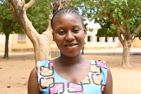 Mariam Diakité is a 7th grade student at the Kalabambougou B basic school. Through the girl's club of which she is a member, she raises questions related to their health and well-being with her school friends in order to reduce the dropout rate of girls in school.