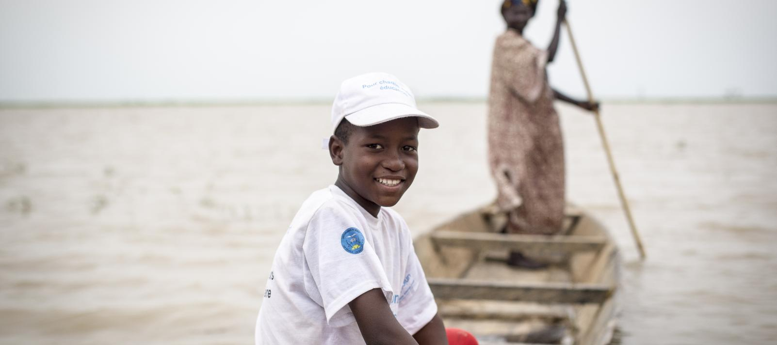 Alou Keïta, 11 years old, student in grade 6, is child ambassador of the new school year. With his friends, he takes a canoe to go to the other side of the Niger River to sensitize parents.