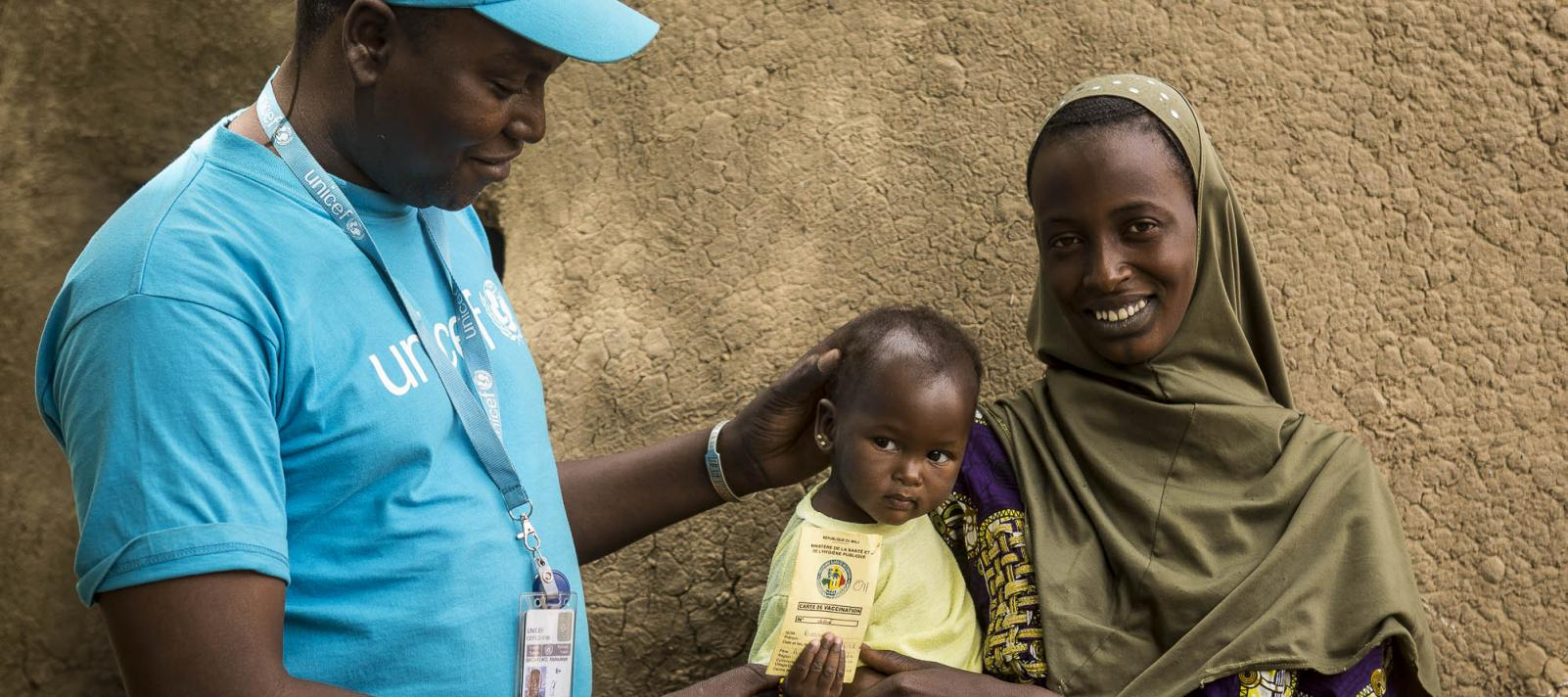 Abdoulaye Bagayoko, Immunization officer at UNICEF's Mopti field office, sensitizing a mother to complete the vaccination of her child
