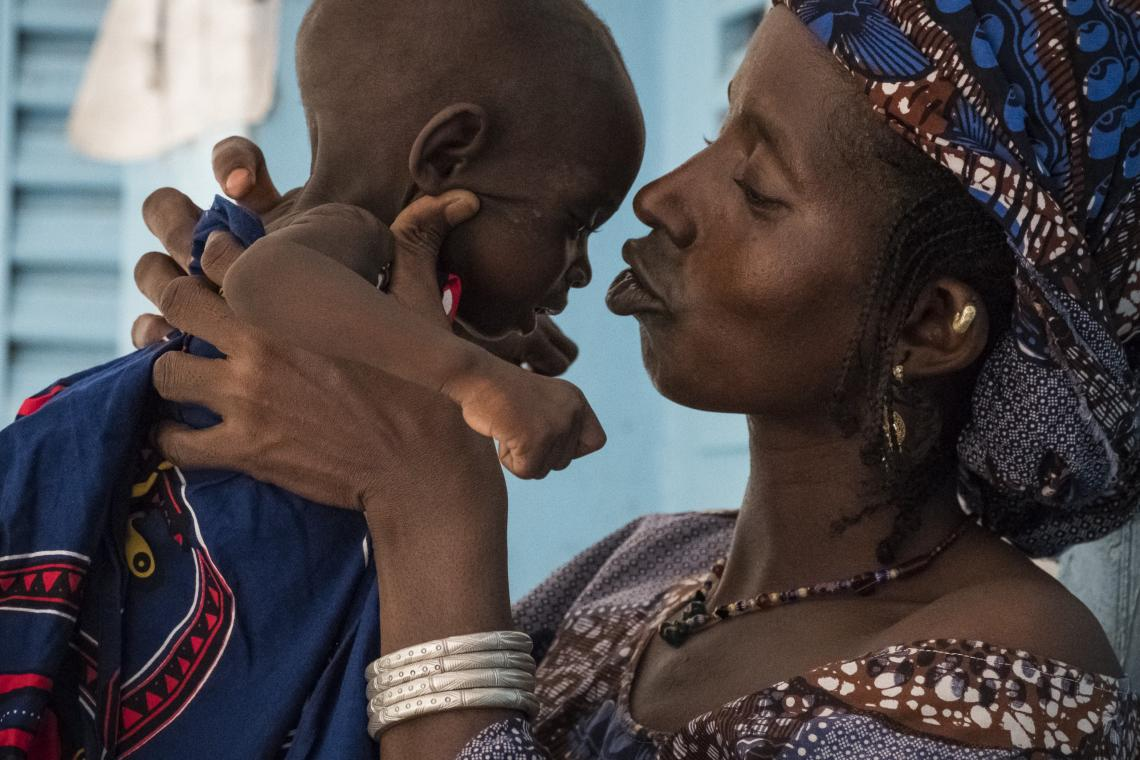 Anta Cisse, 40 years old, a mother of 6 children, is at the health centre of Mopti to treat her youngest daughter Belco Diallo, 24 months, from severe acute malnutrition with medical complications.