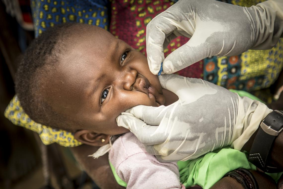 Mamadou Kassé, 29, a vaccinator at the Sofara Community Health Center, vaccinates a child in the village of Kombaka.