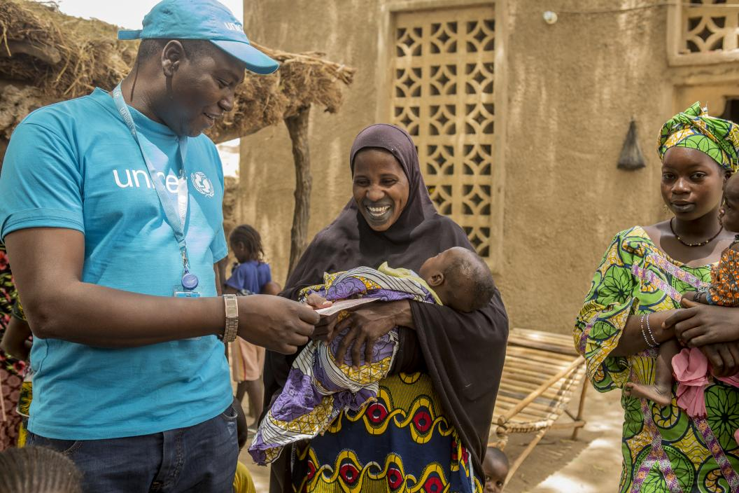 The Immunization Officer Abdoulaye is giving advice to Fanta Sangaré so that she can follow the vaccination of her child. Village of Kombaca, in the village of Sofara, Mopti region in central Mali.