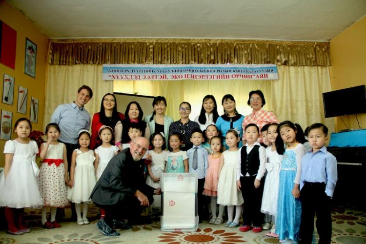 Group photo with teachers and students of a kindergarten