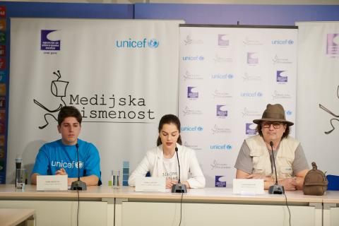 Young reporters of the media literacy campaign together with Rambo Amadeus are presenting the results of the campaign