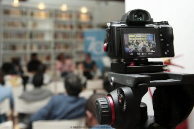Camera de filmagem durante um debate do UNICEF