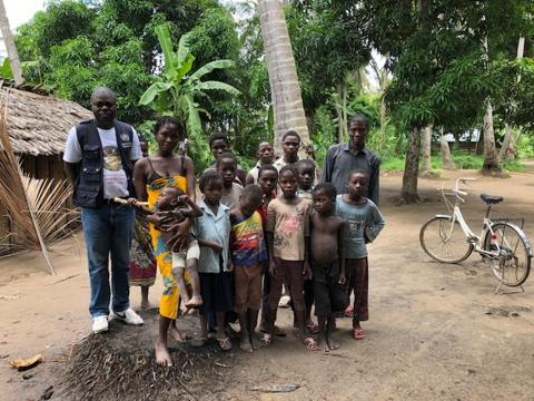 Luca Joao Rufai together with the family of the PFA suspected case and the WHO officer, Varela (Delphine Goux, UNICEF, March 2019)