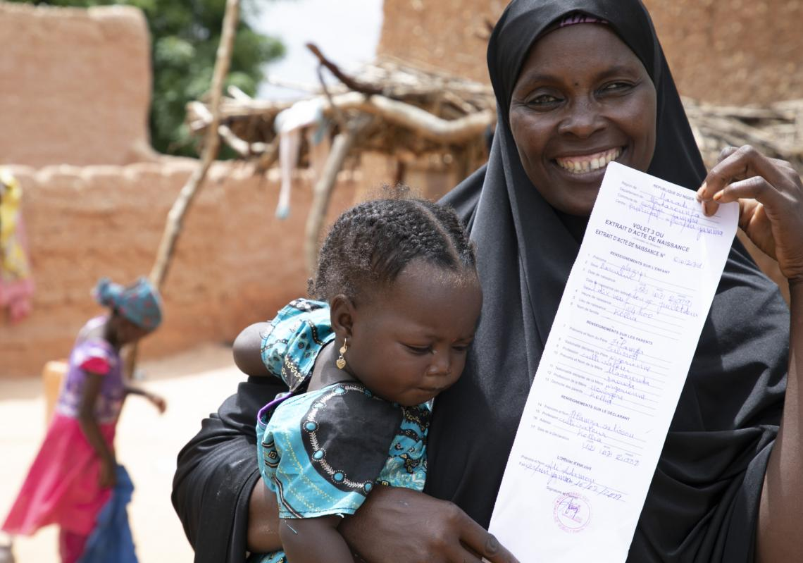 A mother just received the birth certificate of her child in the Maradi region.