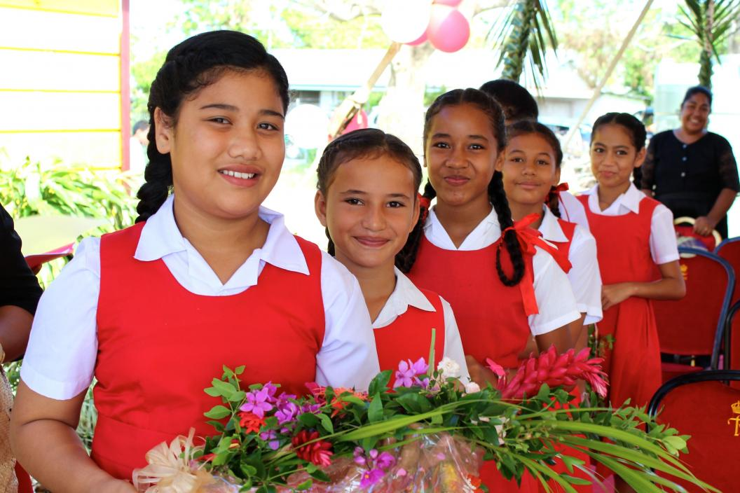 Fasi school students ready to present guests with flowers.